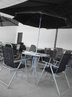Teräspöytä + 4 tuolia + varjo